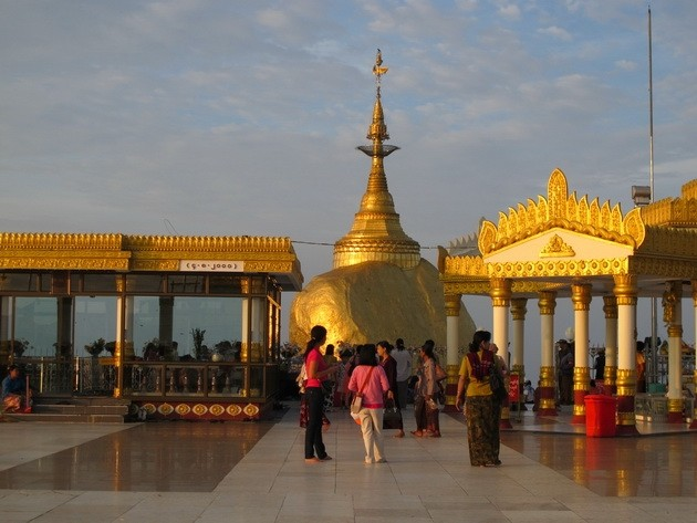 Картинки по запросу золотой камень Будды в Мьянме и безгрешница
