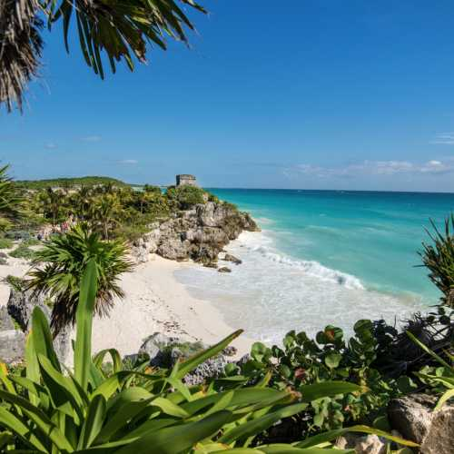 Руины майянского города Тулум на берегу Карибского моря.