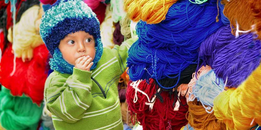 Эквадорский мальчик на рынке в городе Отавало на севере Эквадора.