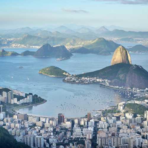 Вид на Рио-де-Жанейро от статуи Христа Искупителя.