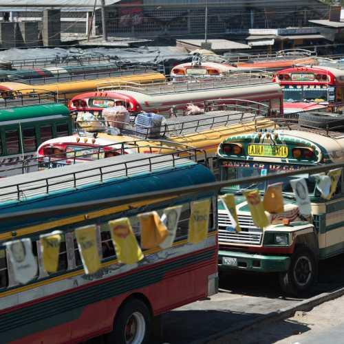 Вторая жизнь амкериканских школьных автобусов — красочный транспорт Гватемалы.