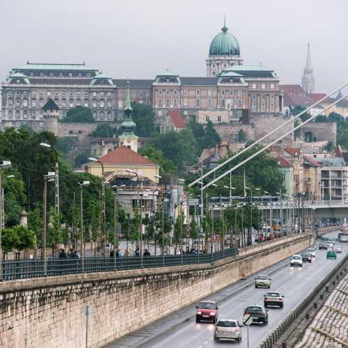 Иногда Будапешт с головы до ног укутывается в легкий и влажный туман. Мне кажется, в такие моменты он становится самим собой.