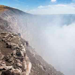 Удивительный и вечно дымящий вулкан Масая. В его кратер можно легко заглянуть — если, конечно, удастся сдуть с его поверхности извечный серный смог.
