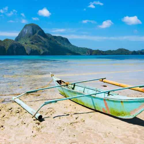 Старая рыбацкая лодка в деревушке Эль-Нидо на филиппинском острове Палаван.
