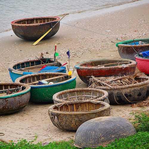 Рыбацкие лодки ждут своего часа в деревушке Муй Нэ.
