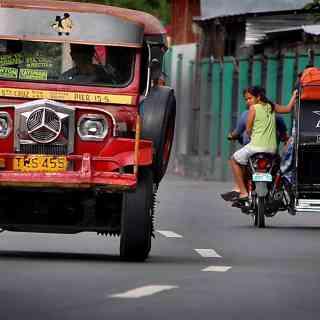 Типичный транспорт Филиппин — джипни!