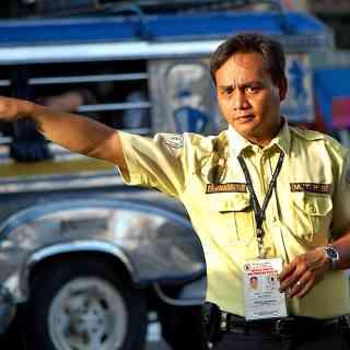 Строгий манильский полицейский.
