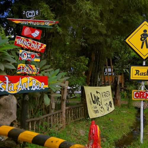 Дорожные указатели в городке Пай на севере Таиланда.