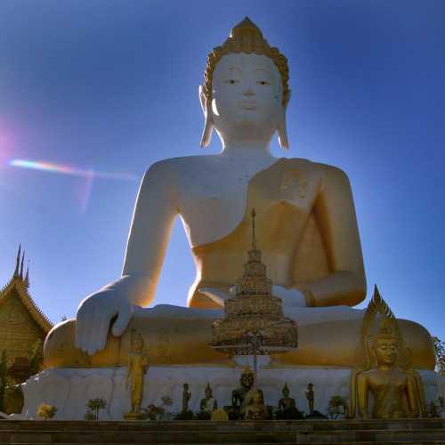Статуя сидящего Будды в Чианг Мае.