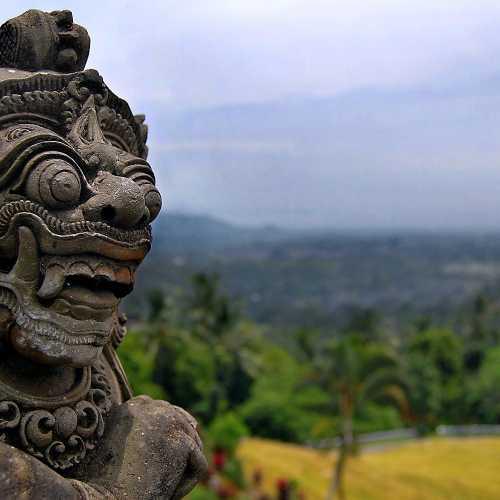 Балийский дух над рисовыми полями недалеко от городка Убуд.