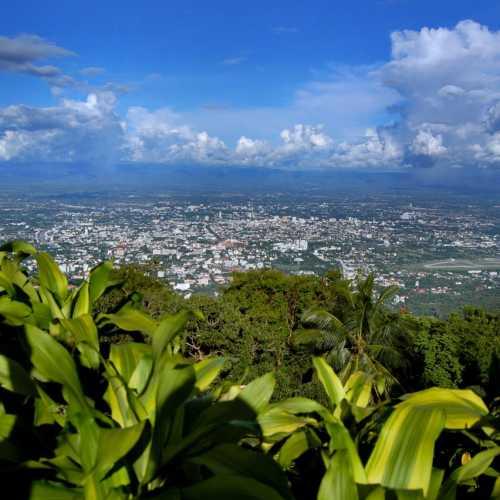 Вид на Чианг Май с холма Дой Сутеп.