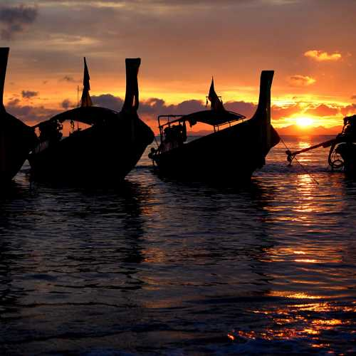 Закатные лодочки на пляже Ао Нанг.
