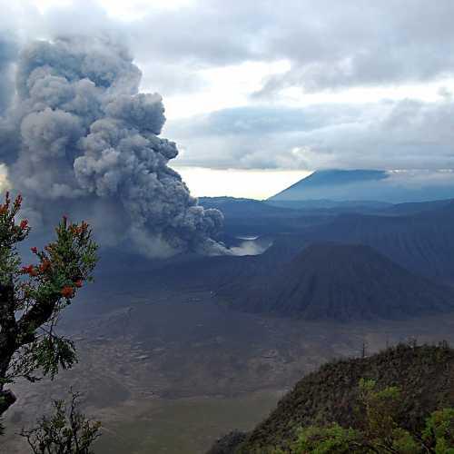 Извержение вулкана Бромо на острове Ява в Индонезии.