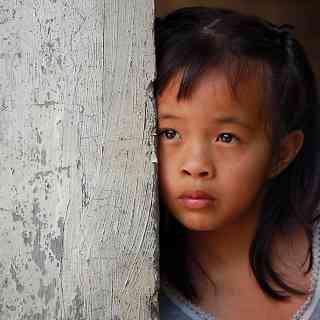 Филиппинская девочка на автобусной остановке.