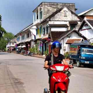 Типичная улочка лаосского городка Луанг Прабанг.