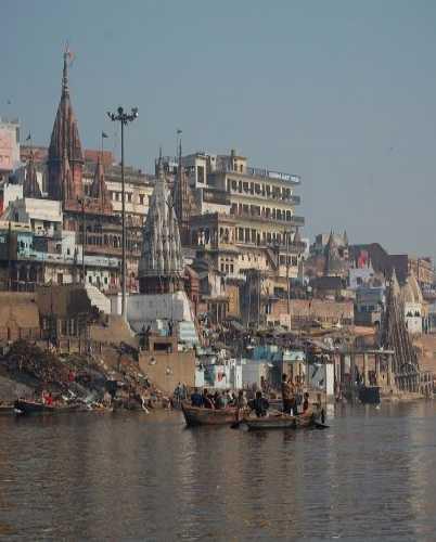 Вид на Варанаси с лодки на реке Ганг.