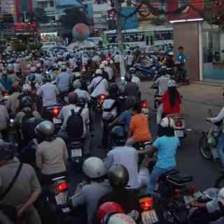 Первое и основное ощущение от Хо Ши Мина — толпы людей на мотоциклах!!!