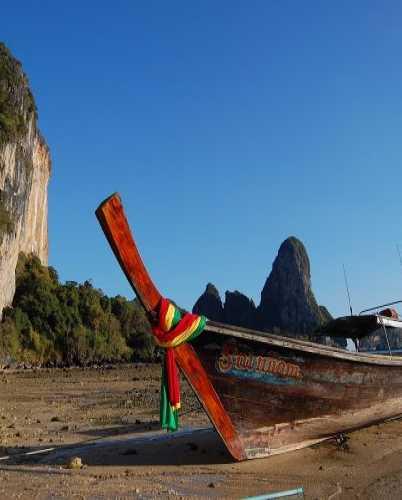 Традиционная тайская лодка на родном пляже Тон Сай.