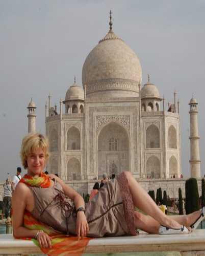 Нельзя приехать к Тадж Махалу и не сфотографироваться на этой скамейке.