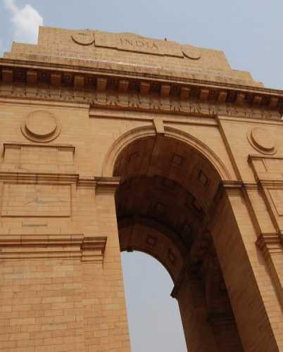 Ворота Индии — одна из главных достопримечательностей Дели.