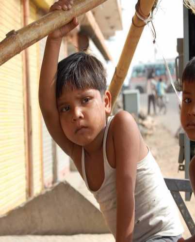 Задумчивые индийские дети.