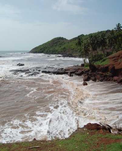 Неспокойные пляжи Гоа в сезон дождей.