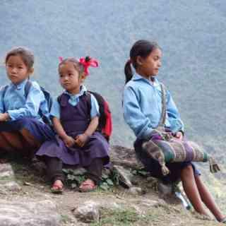 Непальские школьницы в горах вокруг Аннапурны.