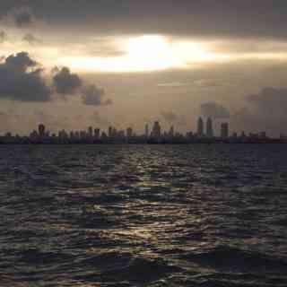 Вид на грозовой Мумбай с моря.