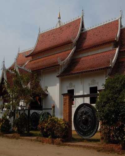 Один из многочисленных ватов Чианг Мая.