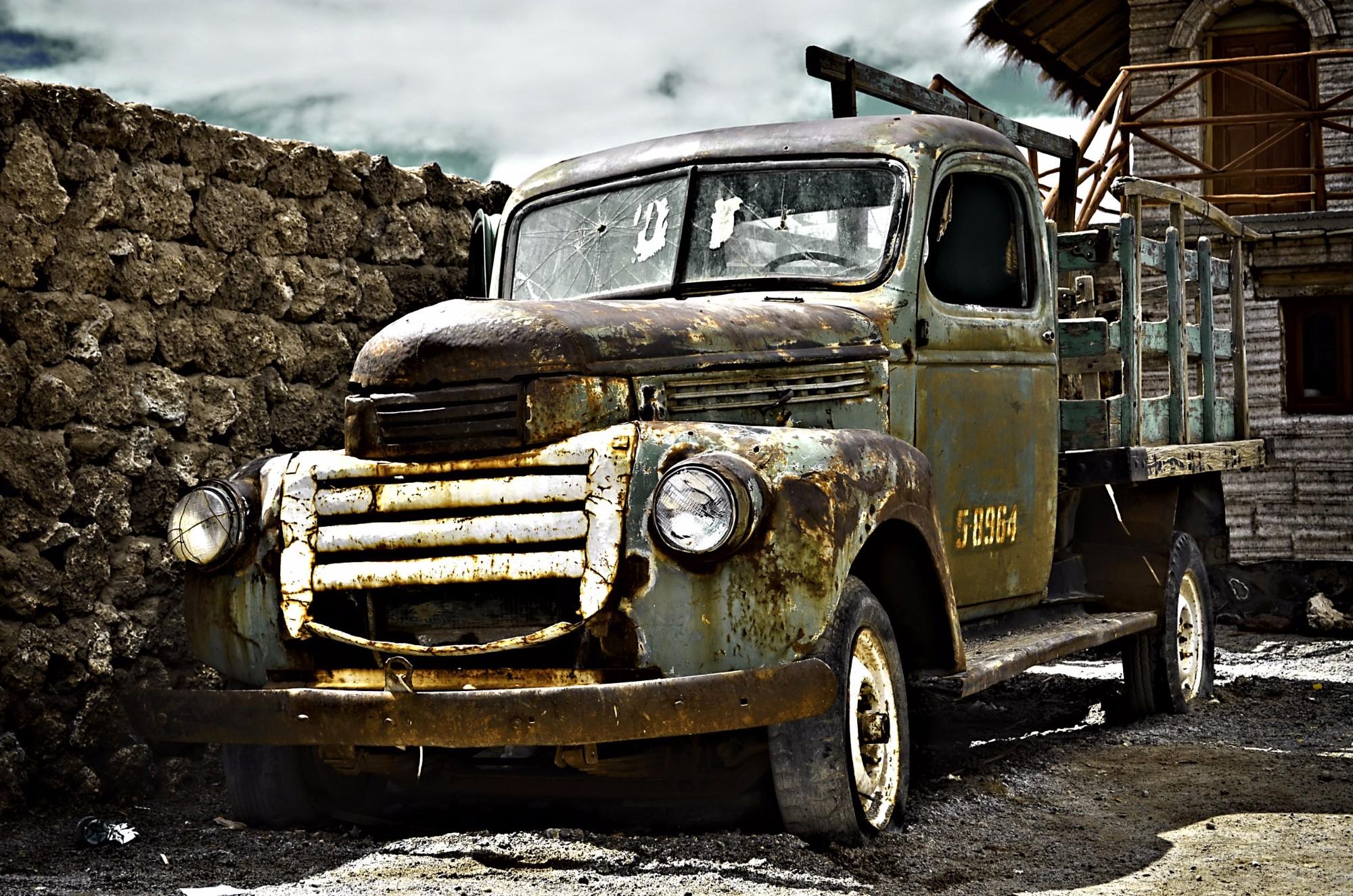 Старичок с пробитым лобовым стеклом в Боливии.