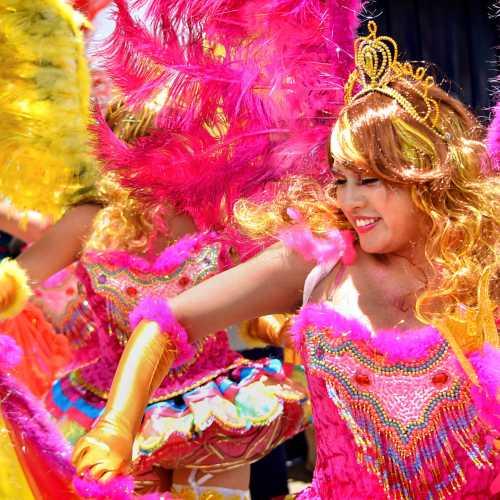 Красочный карнавал в перуанском городке Пуно.