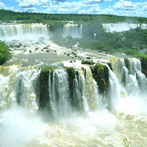 Водопад Игуасу — для начала с бразильской стороны. Это одно из самых удивительных мест, где нам удалось побывать!