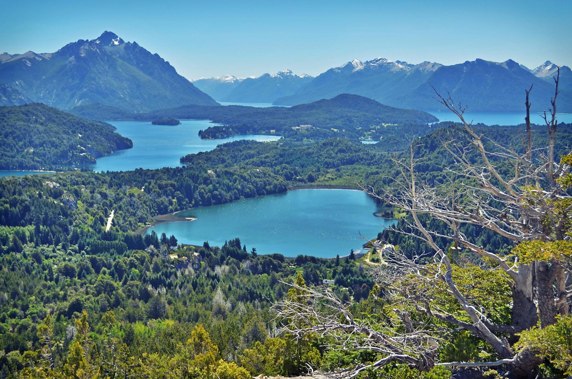 Один из самых крутых видов по версии National Geographic! Вид с холма Кампанарио — совсем рядом с аргентинским городком Барилоче.