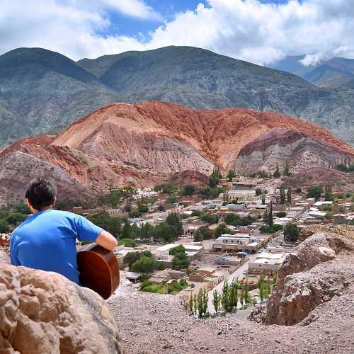 Красочные горы в деревушке Пурмамарка недалеко от Тилькары.