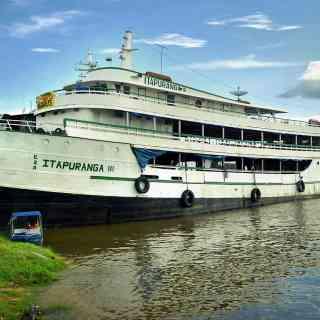 Кораблик, сплавляющийся по Амазонке из Колумбии в Бразилию, готовится к отправке в городке Летиция.