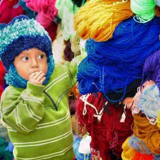 Традиционный рынок индейцев в городке Отавало в Эквадоре.