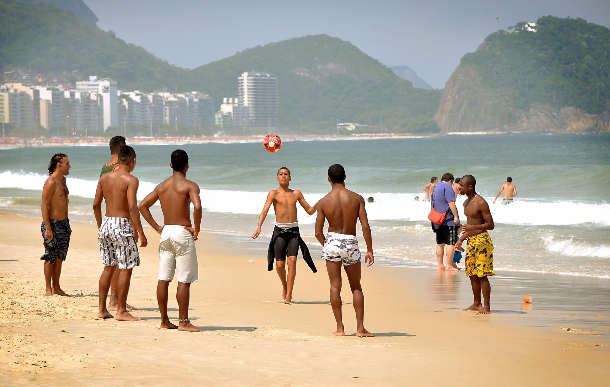 Волейбол на пляже Копакабана в Рио-де-Жанейро.