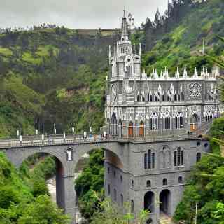 Удивительная церковь Лас-Лахас в городке Ипиалес в Колумбии — на самой границе с Эквадором.