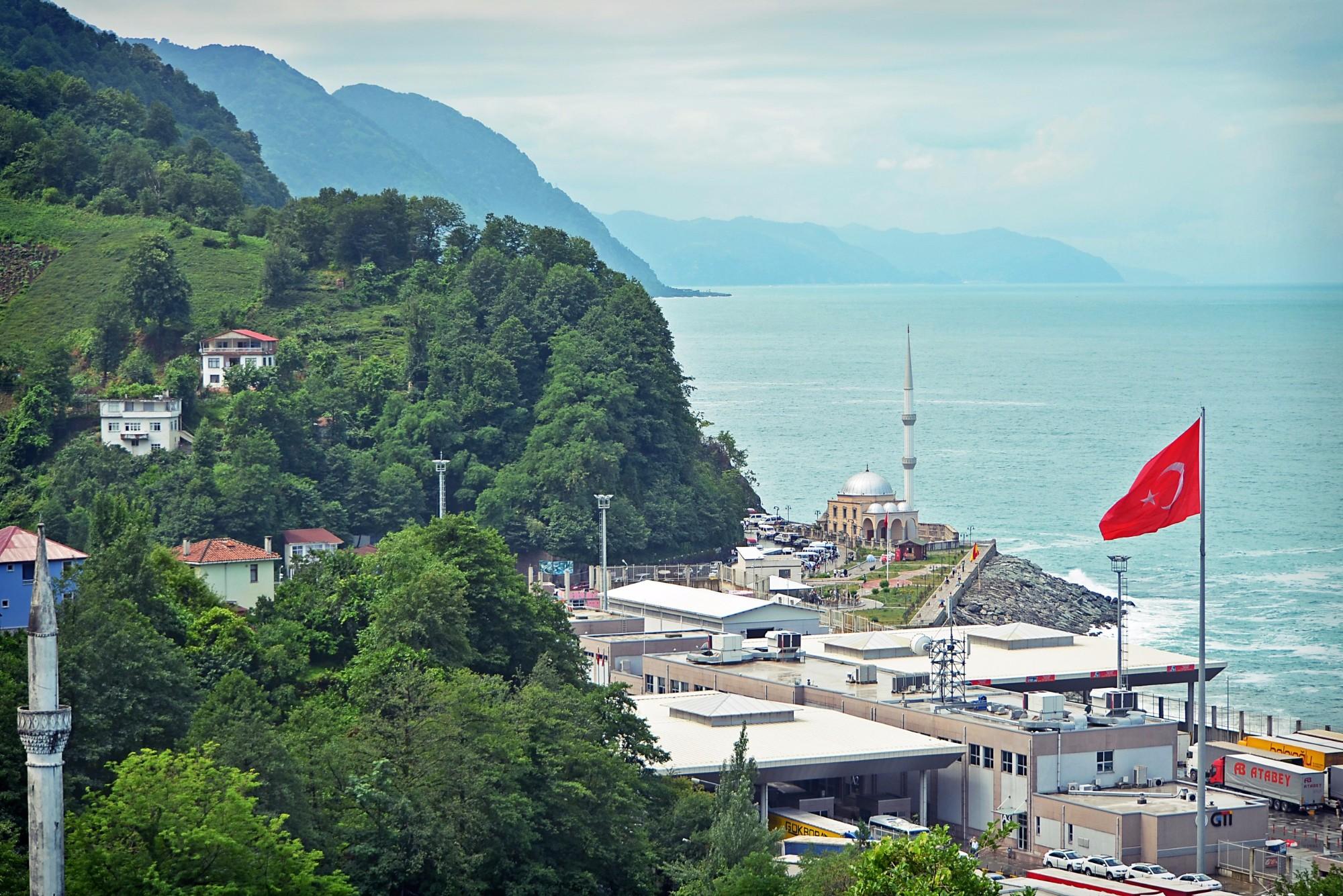 Вид на турецкую границу из приграничного грузинского городка Сарпи.