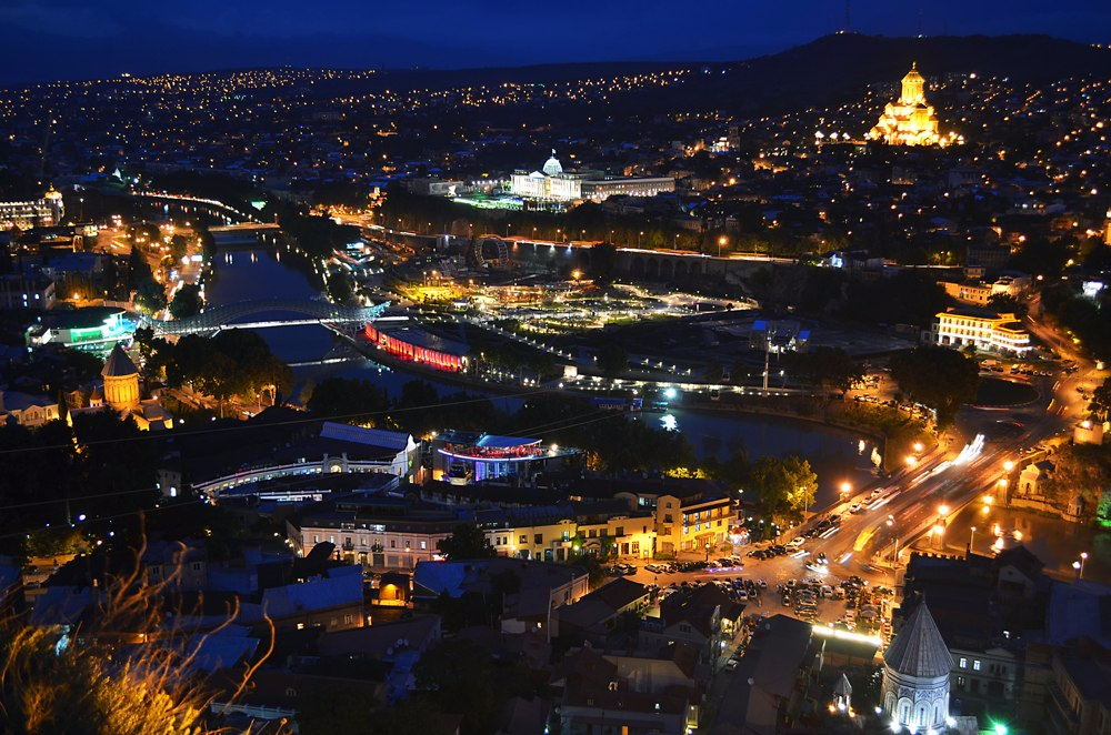Вид сверху на ночной Тбилиси.