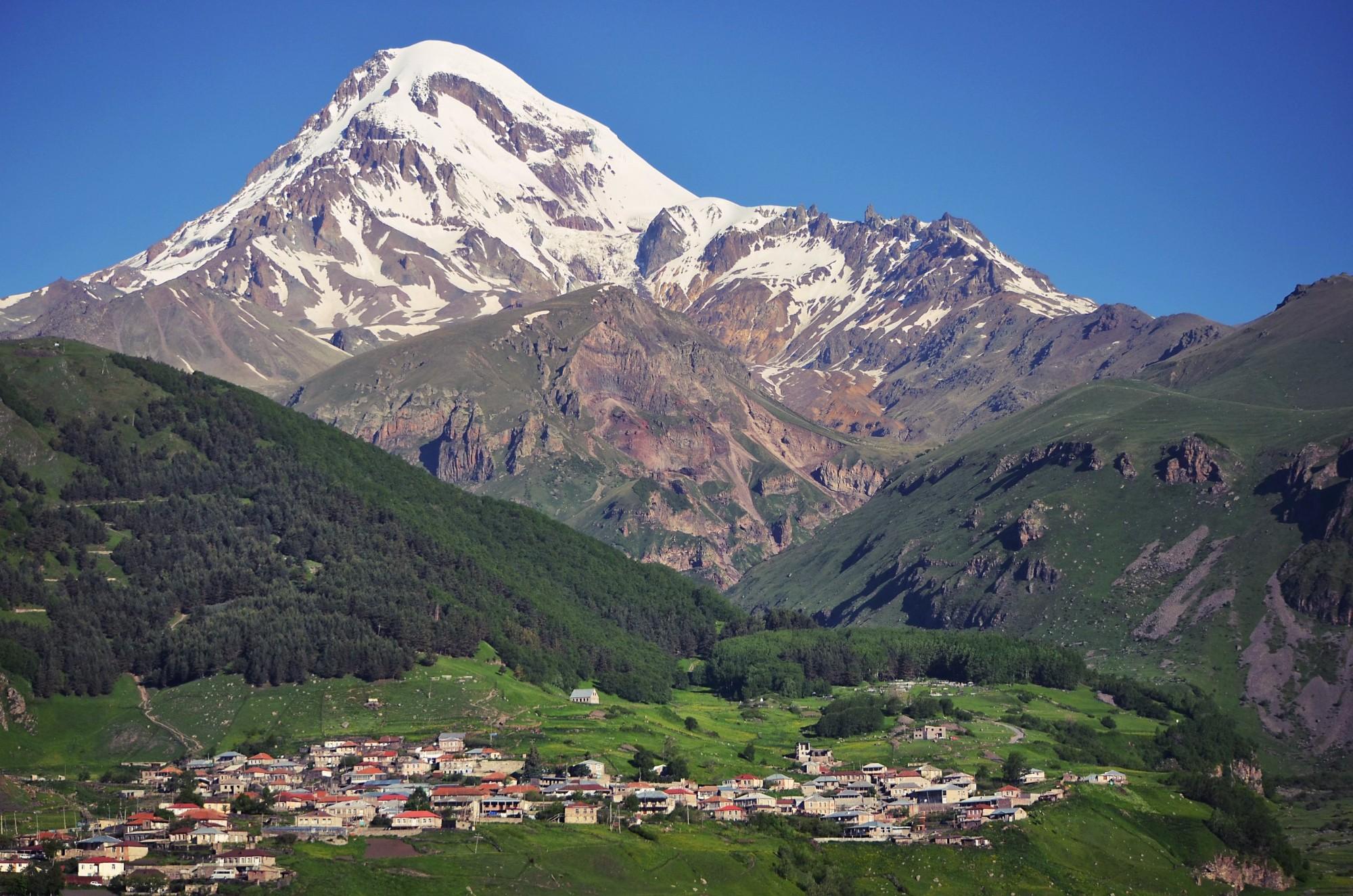 Маленький городок под величественной горой Казбек на самом севере Грузии.