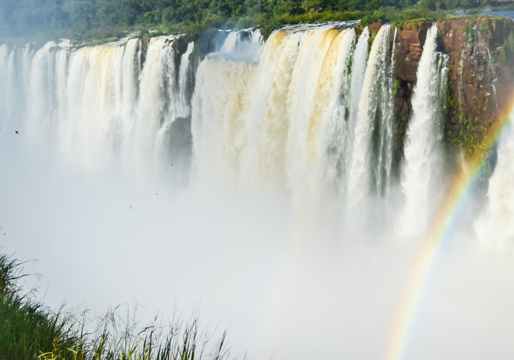 Широкий каскад Глотки дьявола в национальном парке Игуасу в Аргентине.