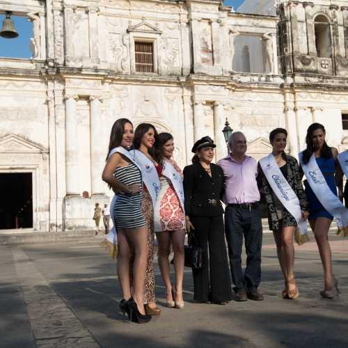 Дядечка и девочки на фоне собора в Леоне, Никарагуа.