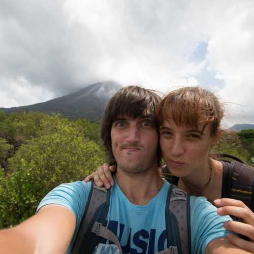 Селфи на фоне вулкана Ареналь.