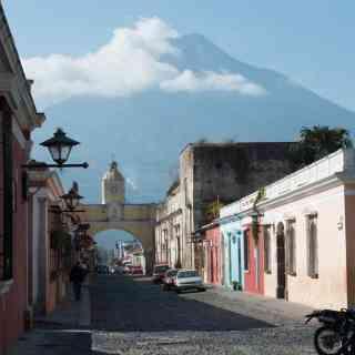 Самый красивый город Гватемалы — Антигуа. И его грозный домашний вулкан.