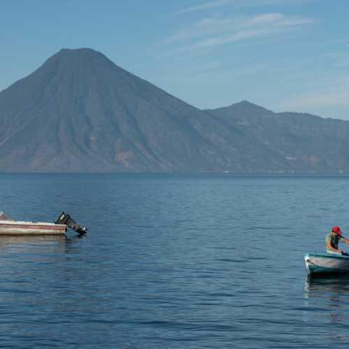 Гватемальское озеро Атитлан с безумными вулканами на горизонте.