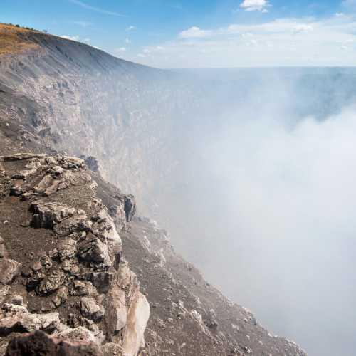 Вечно дымящийся кратер вулкана Масая в Никарагуа.