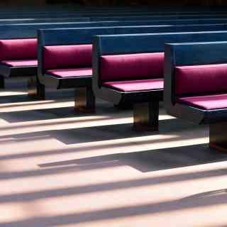 Игра света и тени в удивительной Церкви в скале.