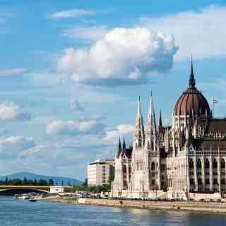 Вид на венгерский Парламент на берегу Дуная — главный символ Будапешта.