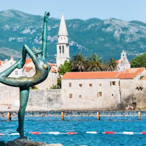 Скульптура танцовщицы — главный символ черногорской Будвы.